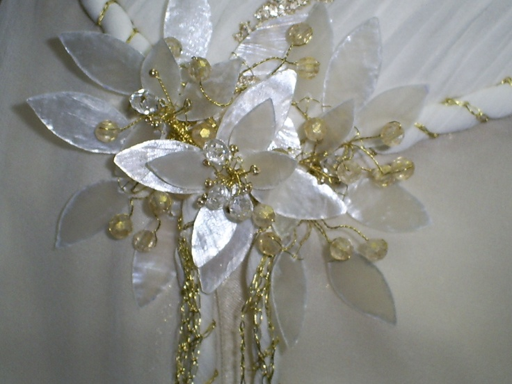 Aplicacion e  vestido novia realizado en nácar, alambre  y cuentas en tono dorado