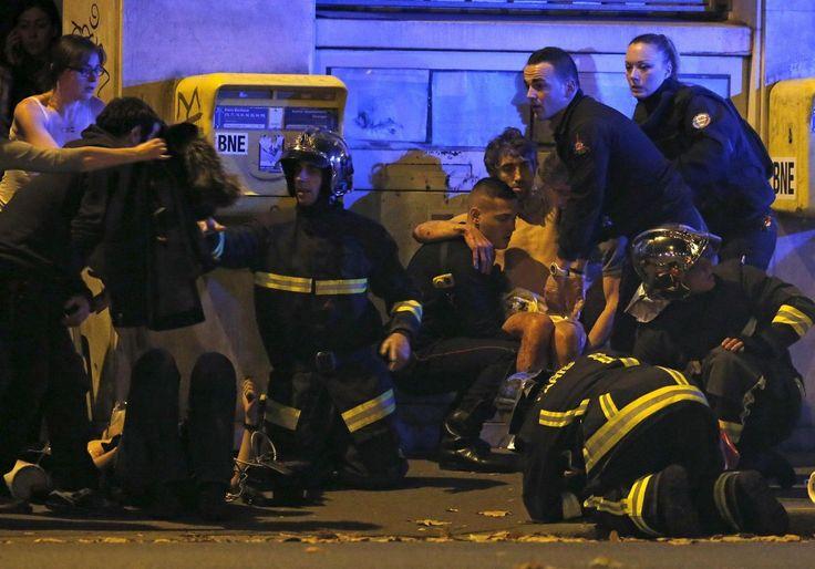L'intervention des pompiers auprès des blessés près du Bataclan. Merci #ParisAttacks (13 novembre, 2015)