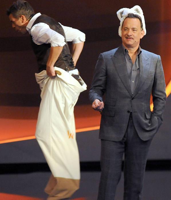 Tom Hanks mit Katzenmütze und dem sackhüpfenden Markus Lanz – verständlich, dass der Schauspieler deutsche Fernsehunterhaltung etwas merkwürdig findet.