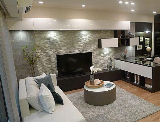 リビングルームコーディネート|ゆったりした段違いのデザイン性のあるソファを配し空間にリズムを。シックな柄をボトムにあしらうことで重点を低く持たせ床面に華やかさを演出。