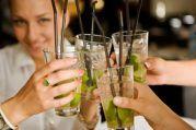 Nach dem Weihnachtsfeier-Cocktailkurs - die eigenen Drinks entspannt genießen