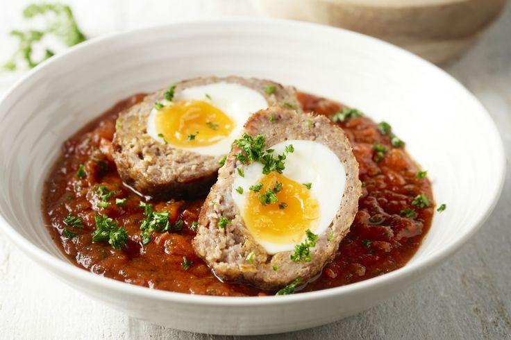 Vogelnestjes zijn echt Vlaams culinair erfgoed. Een heerlijke gehaktbal met een eitje binnenin, met daarbij een lekkere tomatensaus en smeuïge aardapp...