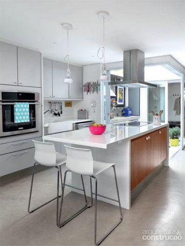 Cozinha sob medida. Para acomodar todos os utensílios – o ambiente tem poucas paredes –, os arquitetos desenharam cada gaveta e nicho da ilha, encomendada à Kitchens. No tampo, Marmoglass branco. Em bom estado, os armários (Kitchens) foram guardados durante a obra e, depois, remontados em outra configuração. O misturador e a cuba de louça, foram comprados na rede sueca Ikea, datam da versão antiga do sobrado.