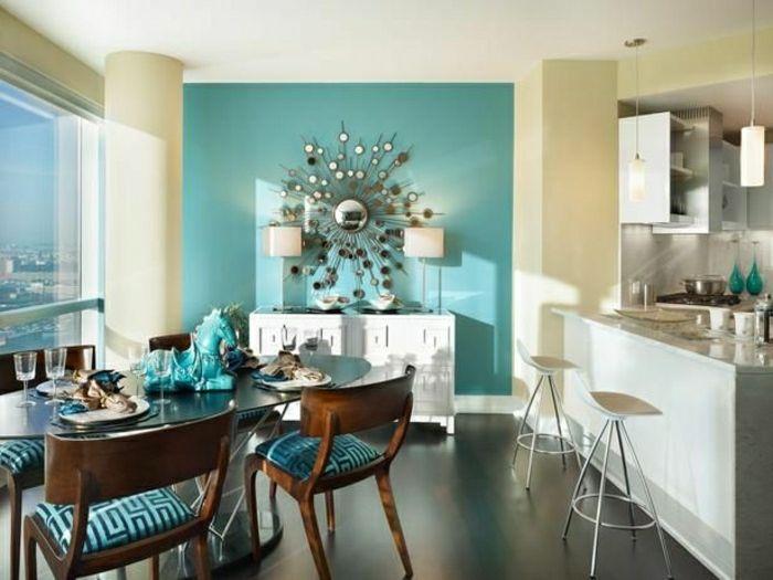 0-cuisine-salle-de-séjour-bleu-turqoise-chaises-en-bois-sol-en-lin-mirroir-décoratif