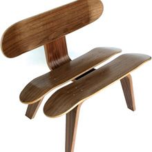 Designers tiveram uma ideia muito original e usaram as peças usadas de boards, para construir mesas de centro, poltronas, relógios e até mesmo portas.