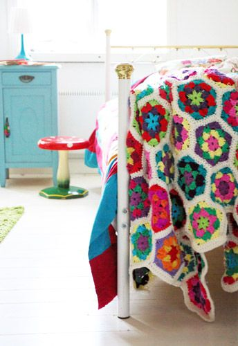 Crocheted hexagon afghan by Ninette @ Tedags hos Tant Ninette....from free pattern here: http://www.crochettoday.com/crochet-patterns/graphic-granny-afghan