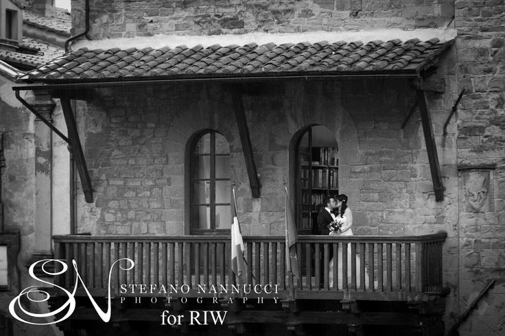 After the ceremony in the Town Hall of Cortona Lianne and Ray had the traditional kiss on the balcony.... Photo by Stefano Nannucci