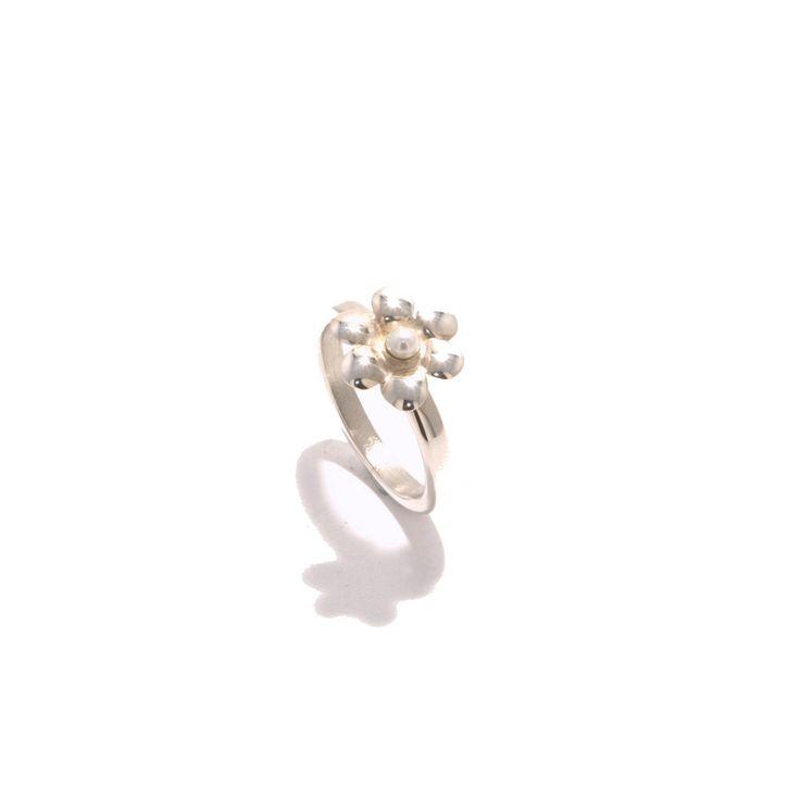 Madelief | sierlijke ring is gemaakt van eerste gehalte zilver door Michelle Gerlofsma | online verkrijgbaar op Selss.nl