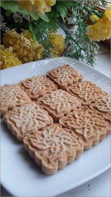 J'avais envie de faire une recette de mooncakes avec des dattes mais comme je n'en ai pas trouvé sur le net, j'ai repris la recette des mooncakes aux sésames de ranouza et fais quelques modifications, et je suis pas moins contente du résultat ! Après...