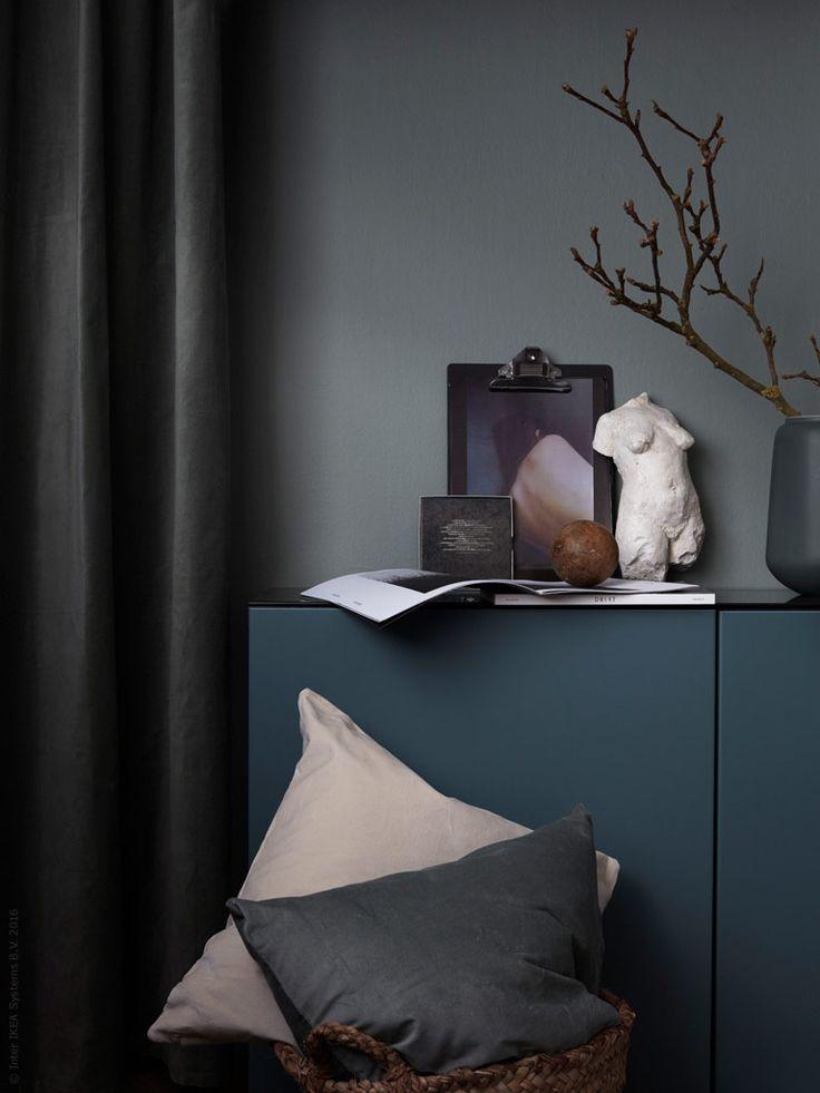 Här har vi skapat en elegant och ombonad känsla i sovrummet med ett dämpat kulörval och mjuka textilier. Med en färgsättning ton-i-ton och inslag av naturmaterial får man ett rum som utstrålar lugn och harmoni. Som gjort för vila och återhämtning.