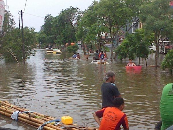 @bootack foto tadi siang di pluit banjirnya udah seleher