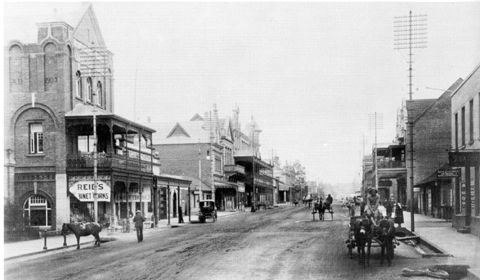 Central Longmarket Street in the early 20th century with Reid's famous cabinet works to the left. From: http://www.pmbhistory.co.za/?showcontent%5B_id%5D=93