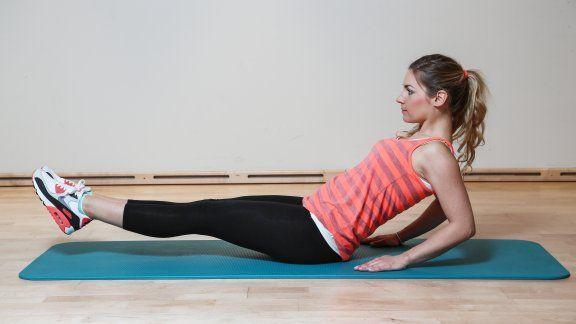 Unsere Redakteurin zeigt die 8 besten Übungen für einen flachen Bauch. So ist das sexy Sixpack bis zum Sommer kein Problem.