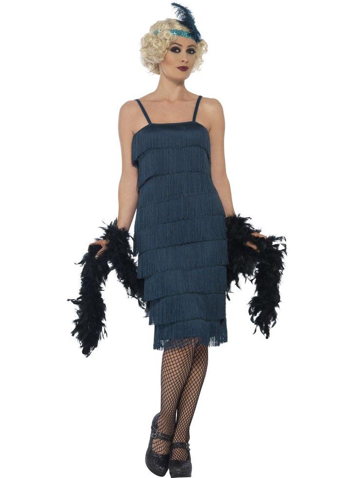Flappertytön mekko; sinivihreä. Mekkoasun rimpsuhelma peittää polvet tyylikkäästi ja samansävyiset käsineet sekä päähine viimeistelevät naamiaisasun tyylin. Oheistuotteista löytyvillä asusteillä voit halutessasi täydentää naamiaistyylisi viimeistä silausta myöden!