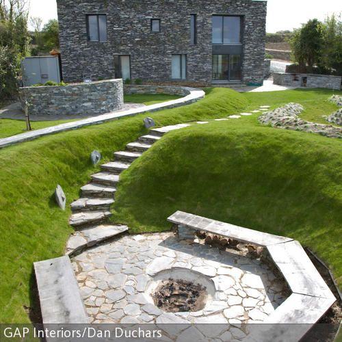 Diese moderne Feuerstelle im Garten ist der ideale Ort zum gemütlichen Beisammensein an lauen Sommernächten. Unter der Sitzbank kann das notwendige Feuerholz bequem …