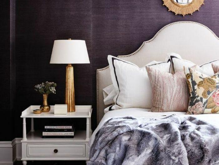 peinture murale couleur aubergine, chevet de lit blan, lampe de chevet en blanc et doré, miroir décoratif, tête de lit baroque