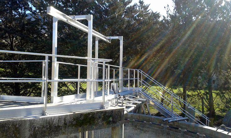 Escalier, garde-corps, passerelle pour la mise en sécurité d'une station de traitement de l'eau.