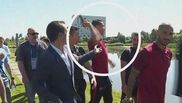 Cristiano Ronaldo protagonista anche fuori dal campo. Il capitano della squadra nazionale di calcio portoghese, ha afferrato il microfono di un giornalista