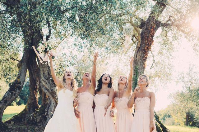 Lol met je bruidsmeisjes! #bruid #bruidsmeisjes #roze #boeket #gooien #bruiloft #trouwen #huwelijk #trouwdag #inspiratie #real #wedding #inspiration #san #marino #italie #italy Trouwen nabij San Marino in Italië | ThePerfectWedding.nl | Fotografie: Lato Photography