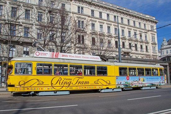 Gelbe Tram auf der Wiener Ringstraße