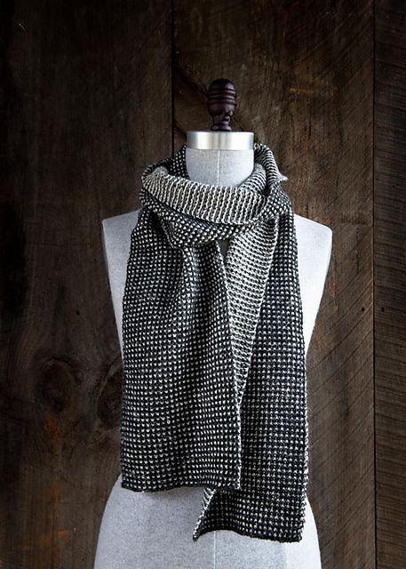 Tørklæde i vævestrik. Meget let at strikke. Du strikker kun med 1 farve ad gangen.