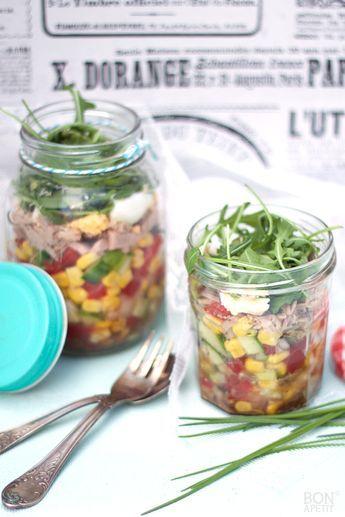 Handig en lekker om mee te nemen... sla uit een potje. Dit keer een salade met tonijn, ei en verse rauwkost. Recept? Lees verder op BonApetit!