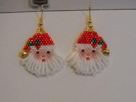 Fêter Noël dans le style avec ces boucles doreilles Jolly Santa Claus. Jai main perlé eux avec perles de rocaille et une cloche dor. Ces boucles doreilles poids léger sont 1 1/2 pouces de long, avec or earwires. Commandes sur mesure Bienvenue. Merci pour la recherche et noubliez pas, vous pouvez être un foxy-momma trop