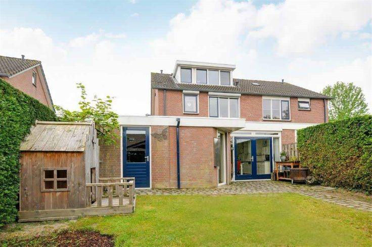 Ploegstraat 15 te Bergharen. Vraagprijs € 262.500,- Rustig aan groenstrook gelegen uitgebouwde twee-onder-één kapwoning met aangebouwde garage. De uitgebouwde keuken en bijkeuken maken de woning zeer royaal.