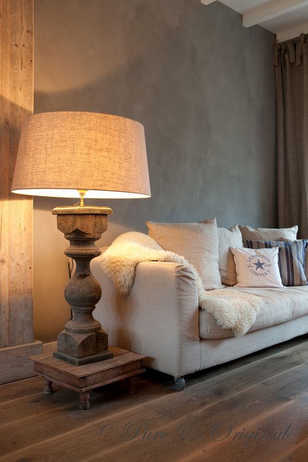 French chic: oversized wood lamp + comfy couch