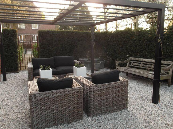 Stalen pergola in zwart tuin projecten door van - Bedekt hout pergola ...