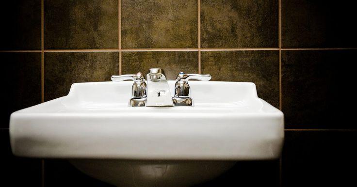 Como remover manchas em pias de porcelana. Pias e banheiras de porcelana são lindas quando novas, mas depois de um tempo podem começar a parecer um pouco sujas. Mesmo que você possa fazer a limpeza diária, certas manchas e depósitos minerais simplesmente não saem com a limpeza habitual. Nada acaba mais com o visual de um banheiro do que uma banheira ou uma pia suja. Felizmente, você pode ...