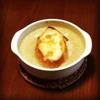 天海祐希さんが天才シェフを演じて好評のドラマ『Chef~三ツ星の給食~』で登場した「オニオングラタンスープ」が、簡単なのにとってもおいしい!といまネットで話題です。どのように作るのか、そしてどんなドラマなのかなど、詳しくご紹介します。