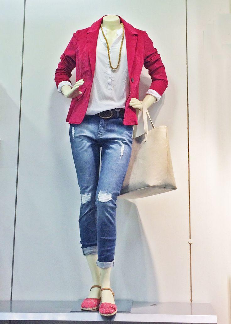Trabalhar cheia de estilo é essencial e conseguir unir bom gosto com conforto é ter muita personalidade! A calça jeans, por R$ 119,00, dobrada tem sido a aposta do momento. O blazer magenta dá um toque divertido ao look e custa R$ 159,00! A camisa branca, que custa R$ 89,90, mantém o lado elegante e o colar longo, por R$ 25,90, dá o toque de estilo para o look. Para finalizar, a bolsa nude, por R$ 79,90. Esse look incrível para arrasar no trabalho você encontra na Renner do Shop São José!