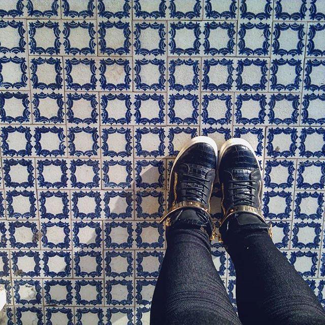 #ihavethisthingwithfloors  #blue #vintage #old #shoesoftheday #shoes #streetlife #floor #white #italy #shoesonthefloor