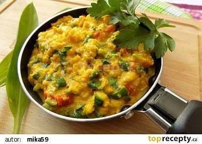 Míchaná vejce s rajčaty a medvědím česnekem recept