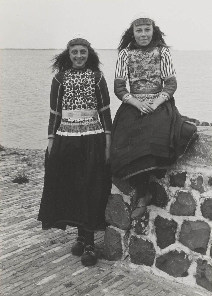 Twee meisjes onder de 18 jaar in streekdracht Marken. 1943 #NoordHolland #Marken