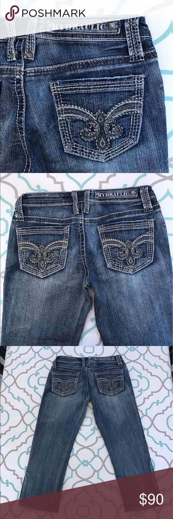 """💙👖Adorable! Hydraulic! Capri Jeans👖💙27 3/4 21"""" 💙👖Adorable Hydraulic Cropped Jeans👖💙 Size 27 (3/4). 21.75"""" Inseam. 7"""" Rise. Low Waist. 13.5"""" Across Back. Amazing Stretch. Washed Out Dark Blue. Medium Dark Color with Heavy Fading. Rows Of Thick Stitching. So Cute!!! Adorable Fleur De Lis. Grey & White Thread. Very Good Used Condition. LOVE! Hydraulic! Ask me any questions! : ) Hydraulic Jeans Ankle & Cropped"""