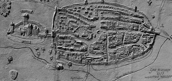 """Zu den bedeutendsten Landmessern und Kartographen unserer Region zählt Gottfried Mascop. Der """"Landmeter"""" oder """"Geographus"""" kartographiert im Auftrag des Erzbischofs Daniel Brendel von Homburg große Teile des Mainzer Erzstifts. Sein Auftrag: Das Erzstift vermessen und in Karten und Regalbüchern aufzeichnen. Gottfried Mascop arbeitete zwei Jahre lang an diesem ehrgeizigen Projekt (1576/1577)."""