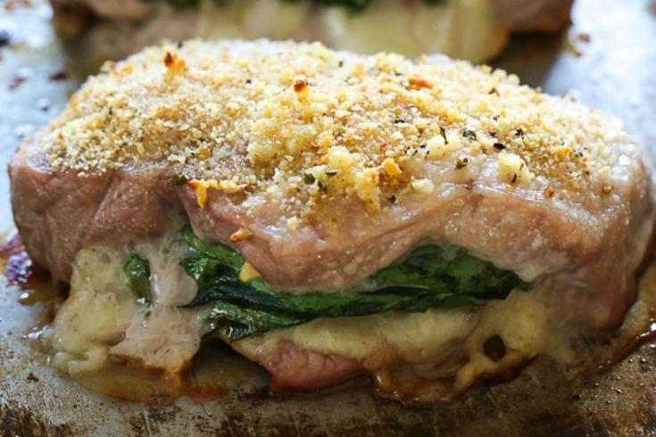 Estas chuletas de cerdo rellenas con mozzarella, prosciutto y espinacas, son una verdadera delicia que no te puede perder.