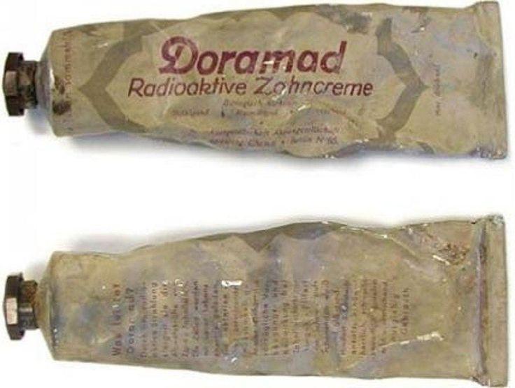 """É interessante! Em 1945, pasta de dentes radioativo """"Doramad"""" foi feita na Alemanha. No tubo foi afirmado que """"a radiação radioactiva aumenta a protecção dos dentes e gengivas, os células carregas a energia vital, inibe o crescimento de bactérias."""""""
