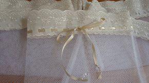 Saquinho ideal para roupinhas de bebê ou lingerie. Saquinho em tule branco com passa fita e fita bege. É possível trocar a cor da fita de cetim.  ATENÇÃO: PREÇO DA UNIDADE.  Medida interna 27x40cm sem contar o bordado.