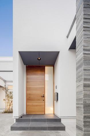 (撮影:藤村泰一) 専門家:細川範規が手掛けた、真っ白な外壁に映える玄関ドア(『道後のコートハウス』共に成長し、共に時を刻む住まい)の詳細ページ。新築戸建、リフォーム、リノベーションの事例多数、SUVACO(スバコ)