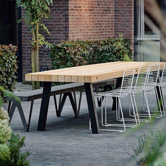 De stoere balkentafel Dani is ook uitvoerbaar als tuintafel. Hier te zien met Billinga hout en zwarte poten. Foto gemaakt foor Frank Poppelaars. www.houtmerk.nl