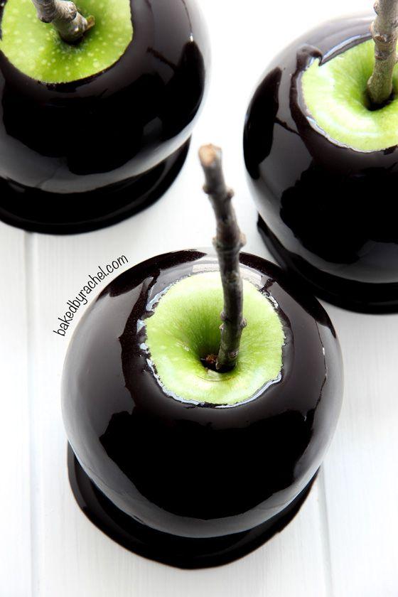 Spooky black caramel apples recipe from @bakedbyrachel Perfect for Halloween!