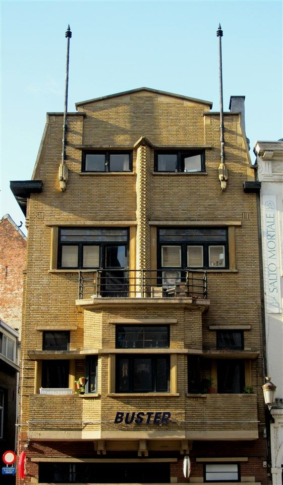 This building was designed in 1932 by Arthur Smet (1886-1970), architect and sworn surveyor, located at Oude Waag 5, commissioned by Dr. Gab de Bie, who lives in the Wijngaardstraat 23 in Antwerp.