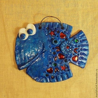 Купить или заказать Рыбки-мукосольки в стразах в интернет-магазине на Ярмарке Мастеров. Рыбки сделаны из солёного теста и украшены красными, зелёными и синими стеклянными стразами в виде звёздочек и сердечек. Сверху покрыты глянцевым акриловым лаком. В старину изделия из солёного теста назывались 'мукосол' или 'мукосольки' и их развешивали в доме в качестве оберега.