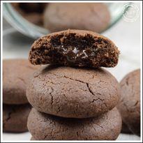 Biscotti dal cuore morbido: una golosa tentazione con un morbido ripieno al cioccolato. I biscotti dal cuore morbido sono ideali per la merenda.