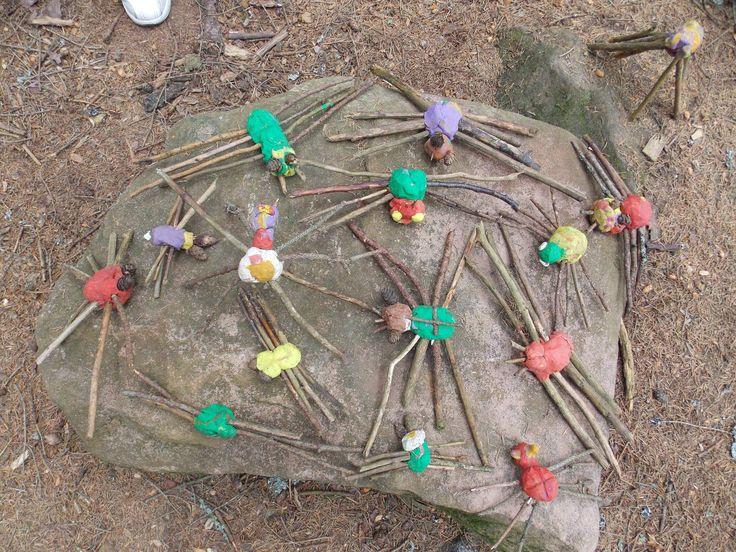Školka v přírodě - pavoučí rodina (tvoření v lese)