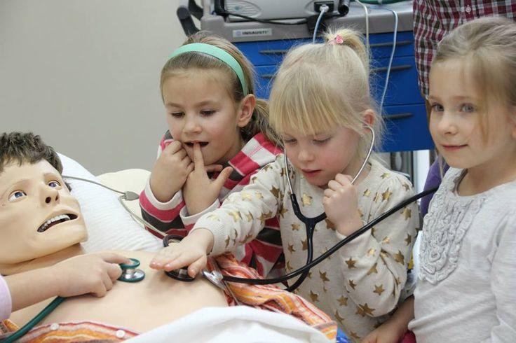 Polonia, Centro di Simulazione Medica di Poznan. I bambini vengono invitati a visitare il Centro per familiarizzare con i simulatori di paziente, ossia i manichini robotizzati sui quali si forma la futura classe medica e infermieristica. Il vantaggio offerto dalla formazione basata su simulatori di paziente è la possibilità di imparare senza che i propri errori possano arrecare danno al paziente.
