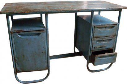 Ce bureau d'une belle patine bleue est un ancien meuble d'usine, reconverti pour des besoins déco en joli bureau Vintage. La structure et les tiroirs/placards sont en métal, le plateau lui est en bois. Très sympa dans une chambre d'enfant. Origine : Inde Dimensions : H76 (74,5 passage de jambes) x L121,5 x P51 www.narreo.fr